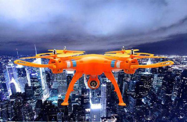 Nous pouvons voir ici le Syma X8C habillé dans une couleur orange mécanique.