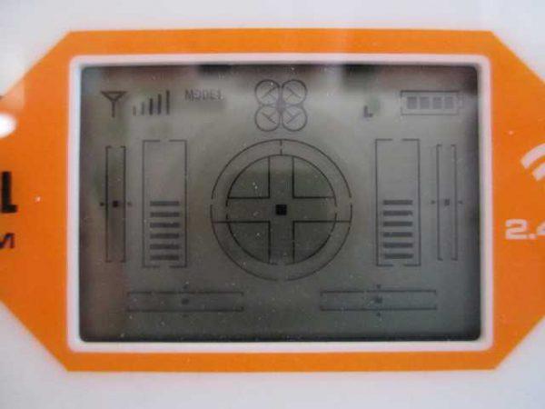 Le Syma X8C dispose d'un petit écran LCD pour vérifier le repalage de notre drone pendant le vol.