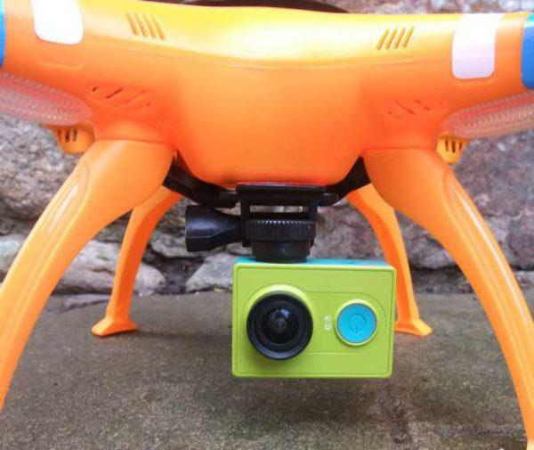 Nous avons ici le Syma X8C avec l'une de nos caméras d'actions préférées, la Xiaomi Yi Action Cam.