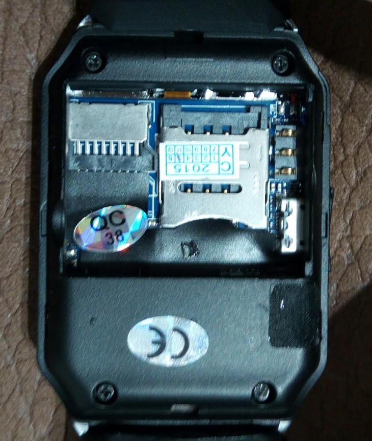 Intérieur de la Smartwatch DZ09 quand nous enlevons la batterie