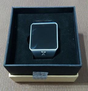 La smartwatch DZ09 dans sa mousse